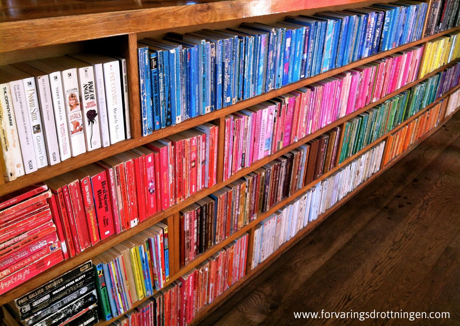 Böcker efter färg - Laundromat Cafe Köpenhamn