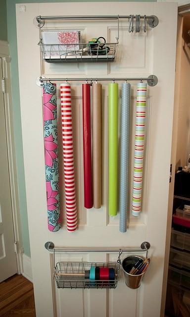 Förvaring av presentpapper på garderobsdörren