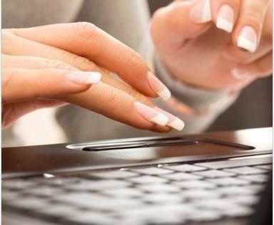 torka naglar framför datorn