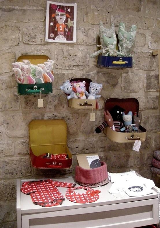Väskor på väggen