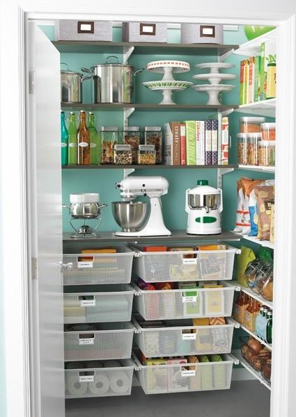 skafferi med plats för köksredskap