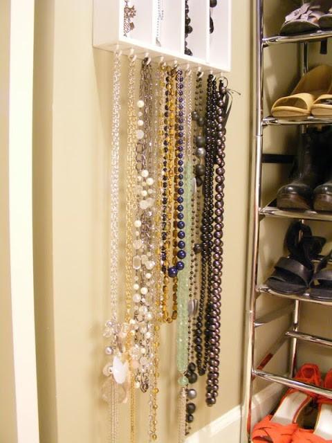 DIY hängande smyckesförvaring med krokar längst ner
