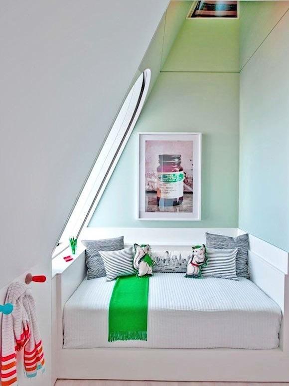 inbyggd säng i rum med snedtak