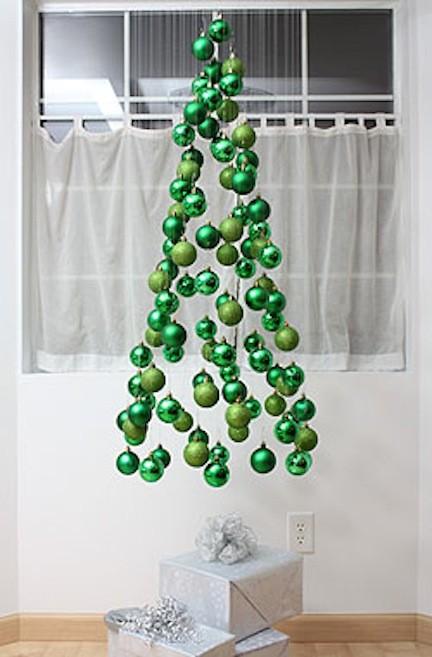 julgran av gröna julkulor