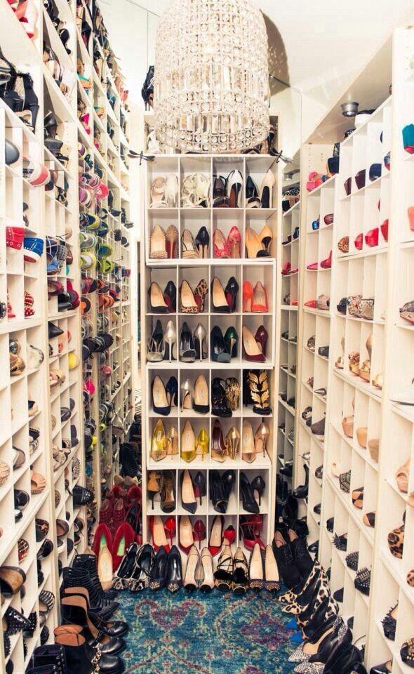 högklackade skor i walk-in-closet