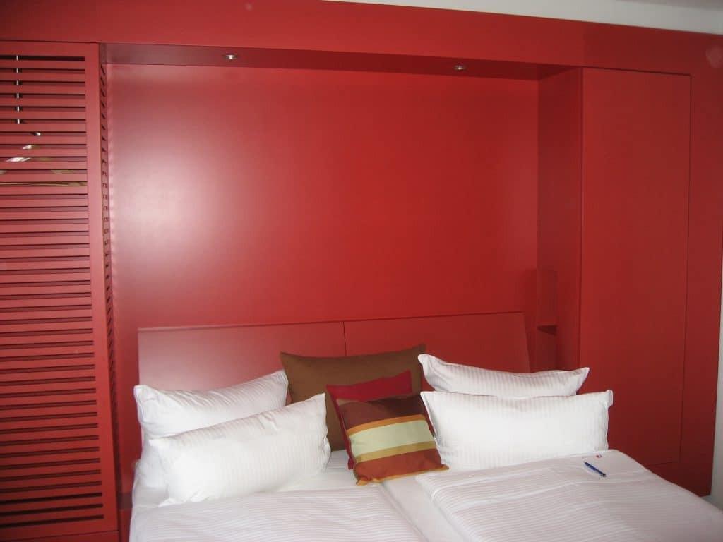 platsbyggd-förvaring-runt-sängen