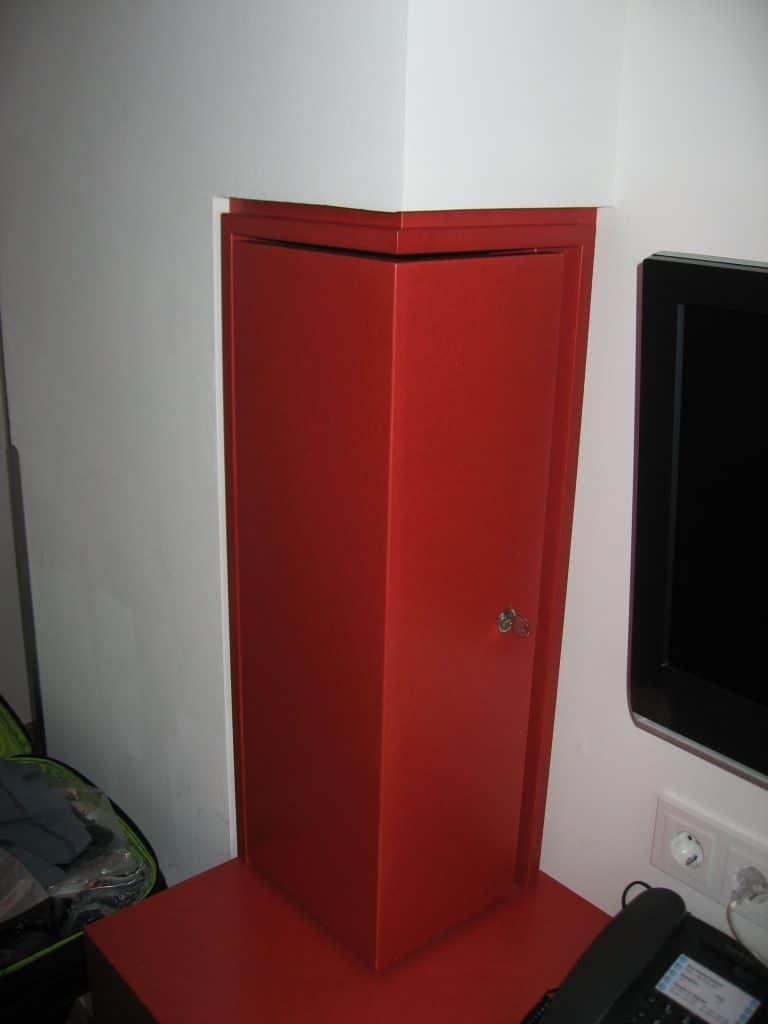 platsbyggt-skåp-vid-skrivbordet