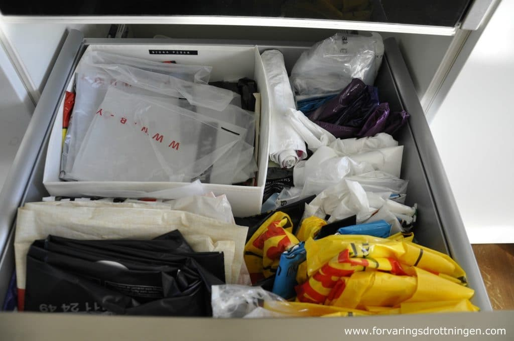 organisera plastpåsar så att du hittar dem snabbare