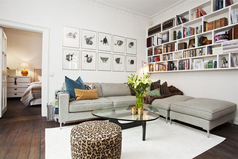 Platsbygg bokhylla ovanför soffan