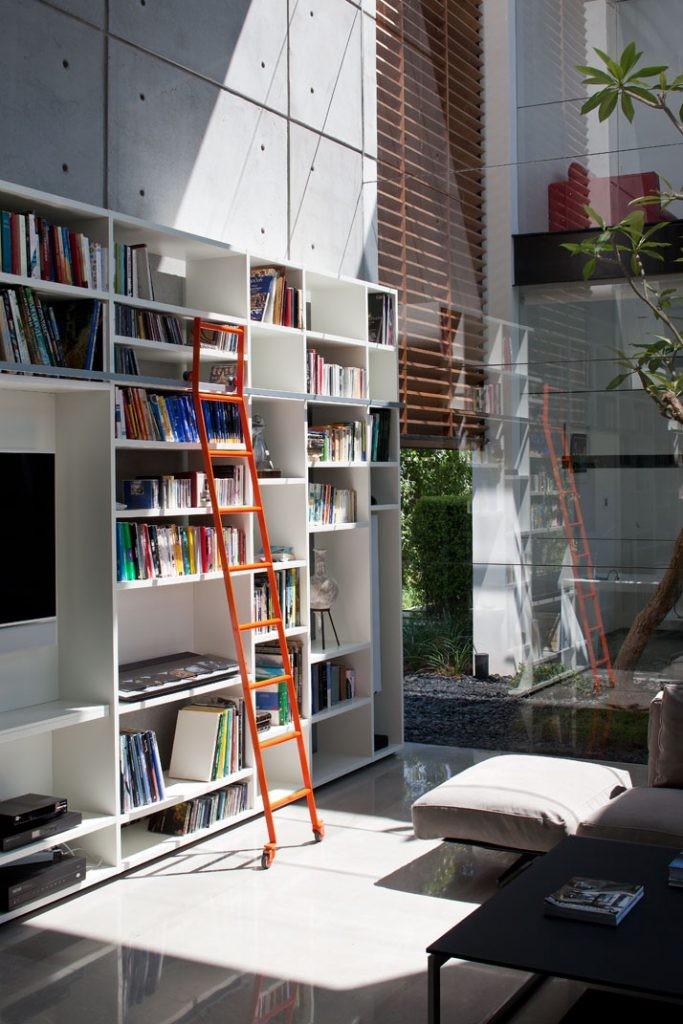 Bibliotek i vardagsrummet