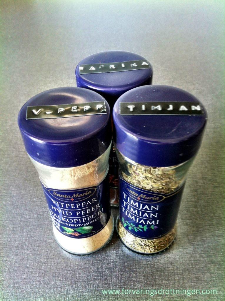 kryddor med dymo märkning på locket