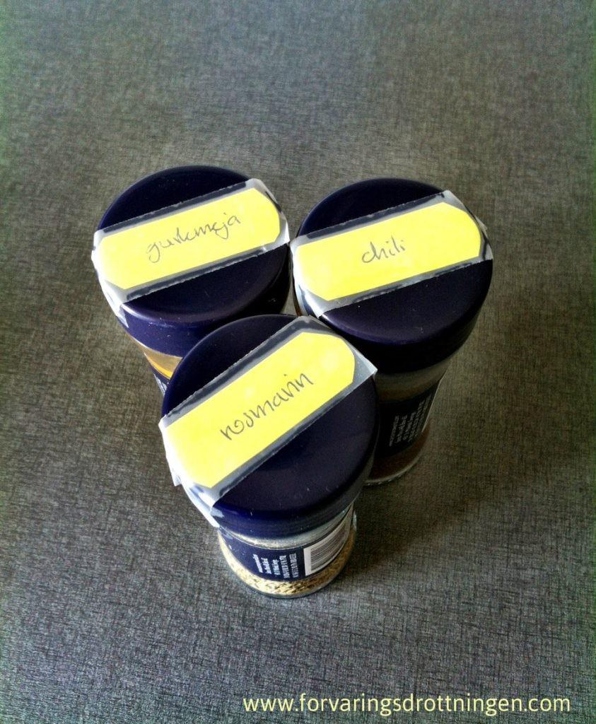 kryddor med text på locket
