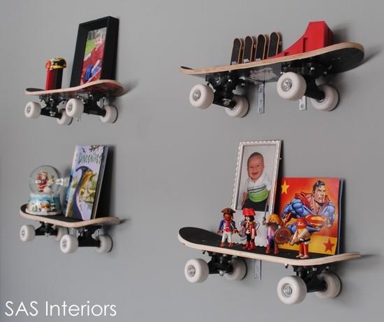 Skateboard som hylla för barnens leksaker