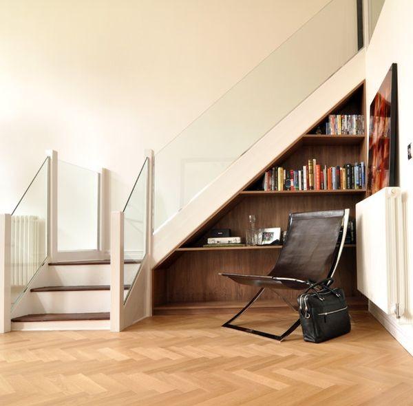 bokhylla under trappan