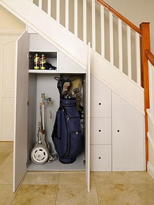 Skåp och lådor under trappan
