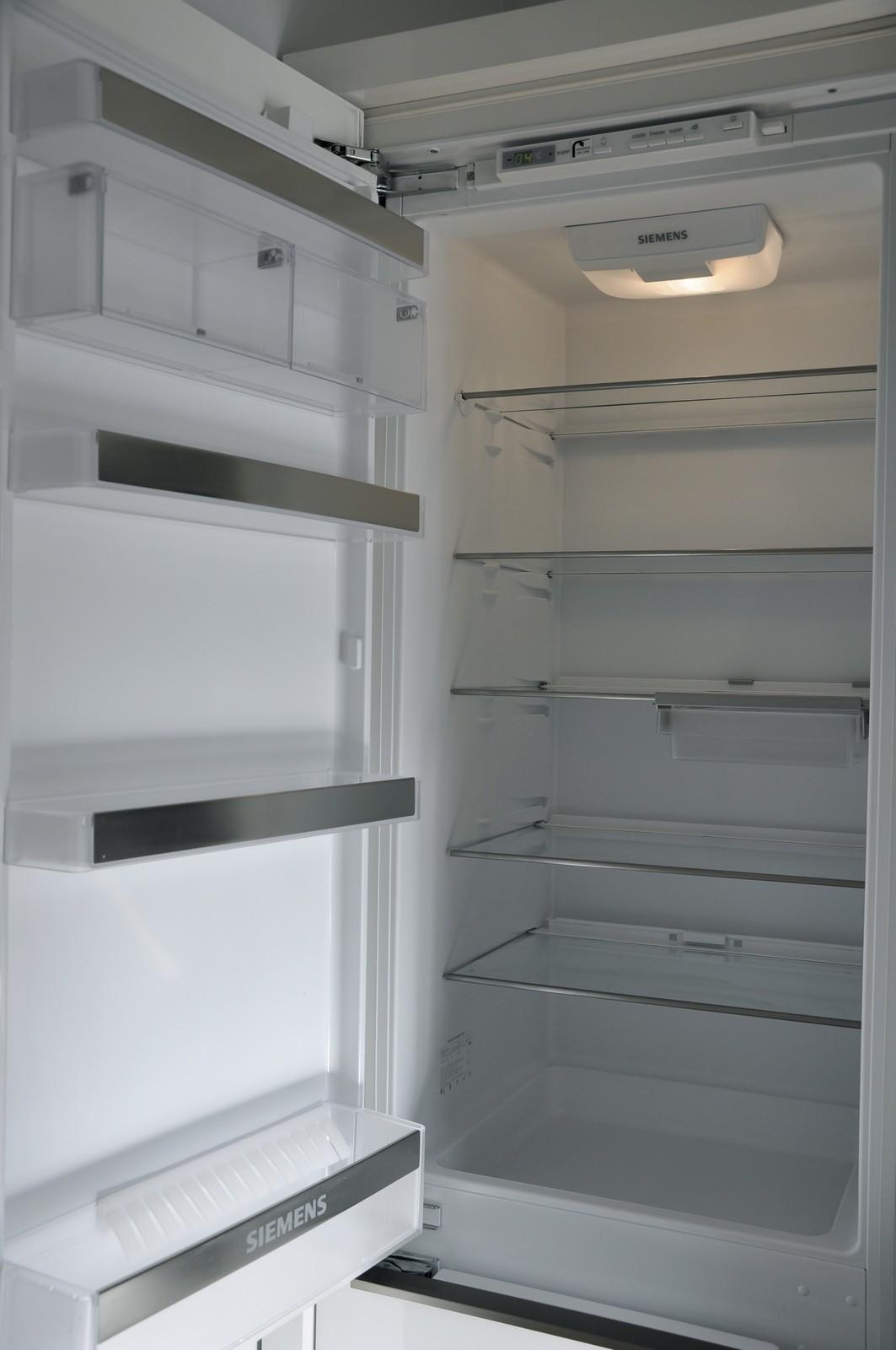 Rent och tomt kylskåp