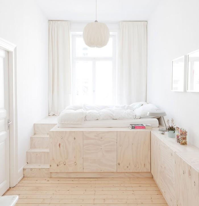 Platsbyggda skåp med trappa upp till säng