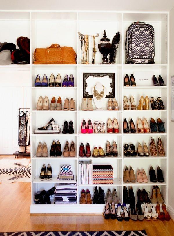 Högklackade skor på öppna hyllor
