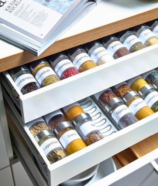 organisera kryddor i kökslådan