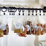 kryddor på insidan av skafferidörren upphängda på drapperihållare
