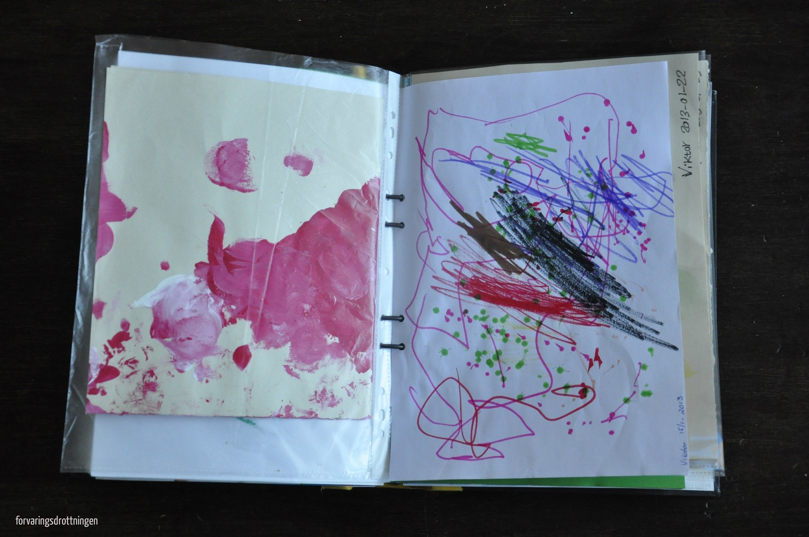 spara barnens teckningar i en pärm