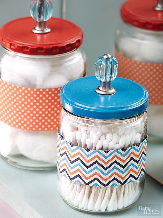 glasburkar som förvaring - inspiration för badrummet