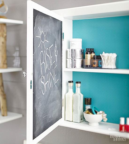 Skriv på insidan av skåpsdörren - lösningar för badrummet