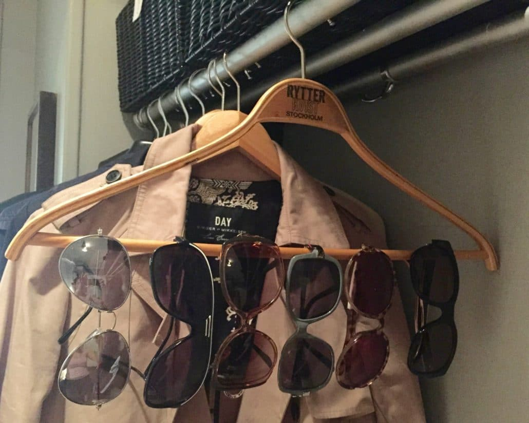 förvaring av solglasögon på galge