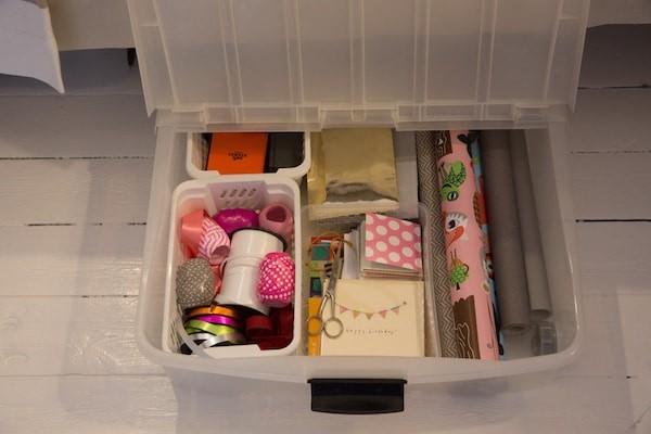 förvaring presentpapper och tilllbehör under sängen